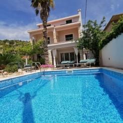 Villa mit Pool nur 20m vom Meer entfernt