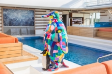 "Foto:  obs/Hapag-Lloyd Cruises ""Inspired by nature"": Internationale Kunst an Bord der HANSEATIC nature / ""Mother Penguin and Chick"